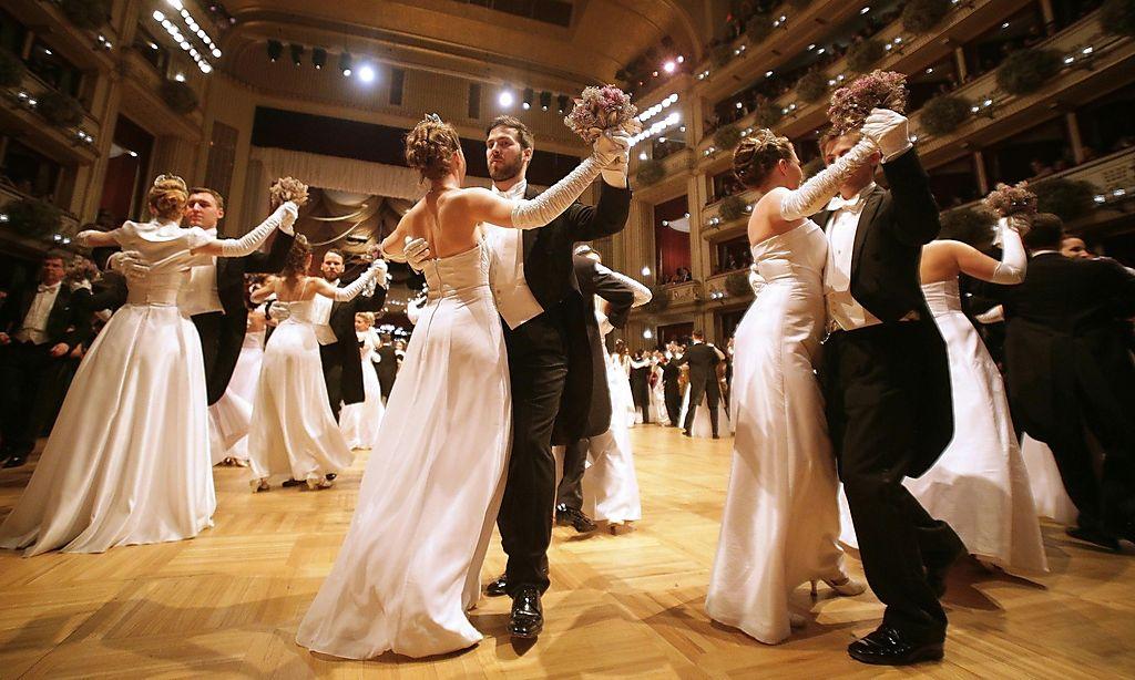 ed974d6a5 Sezóna plesov a bálov je tu a s ňou aj každoročné starosti i radosti z  nadchádzajúcej spoločenskej udalosti. Ples môže mať mnohé podoby závisiace  od toho, ...